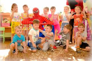 Дети в компании Человека -паука
